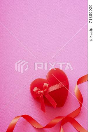 ハートのバレンタインプレゼントとリボン 71889020