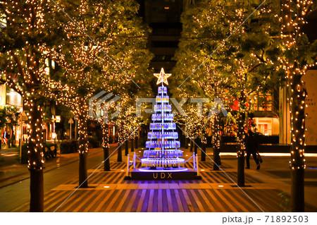 光り輝く木の真ん中にクリスマスツリー 71892503