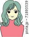 軽くウェーブのかかった髪の女性 71893539