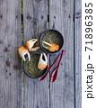 陸蟹とタロイモの葉っぱのココナッツミルクスープ、南の島の国パラオの伝統料理「デモック」 71896385