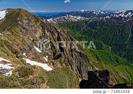谷川岳・オキの耳から見る一ノ倉沢と巻機山・越後駒ヶ岳 71901038