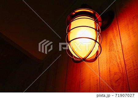斜めから見た暗闇で光るレトロな明かり 71907027