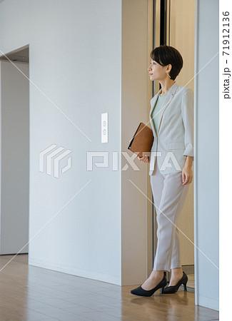 エレベーターを降りるビジネスウーマン 71912136