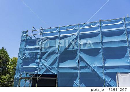 住宅イメージ 住宅建設中の青いシート 71914267