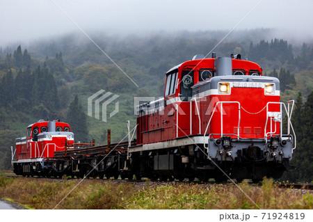 霧の中山間部を走り抜けるディーゼル機関車 71924819