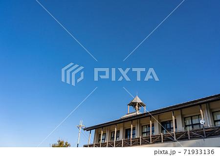 古い学校の屋根にある鐘 とんがり屋根 71933136