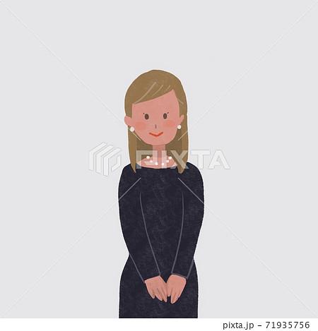 冠婚葬祭の服(黒、紺、のワンピース)を着てパールのピアス、ネックレスをした女性 71935756