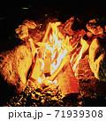 河原の焚き火 71939308