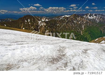 残雪の谷川連峰・一ノ倉岳稜線から見る上越国境稜線 71941517