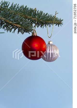 クリスマスツリーの吊り下げられたクリスマスボール 71952706