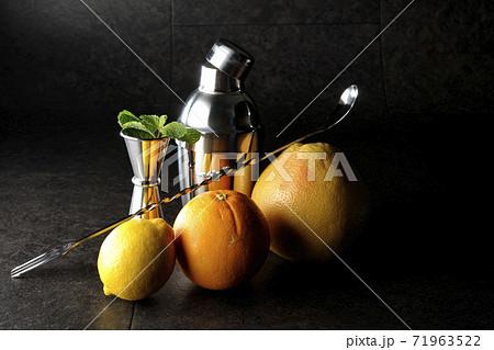 グレープフルーツやオレンジやレモンやミントを使ってシェーカーでカクテルを作る 71963522