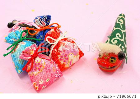 和風イメージの小物雑貨 匂い袋と獅子舞 71966671
