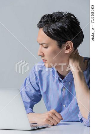 仕事で失敗をしてしかめっ面の若い男性 71968638