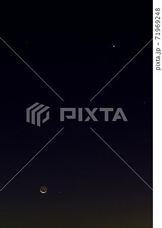 地球照の見える月と水星と金星とスピカ 71969248