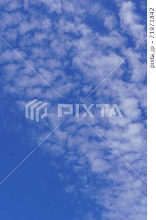 うろこ雲?ひつじ雲?秋空の変わった雲 71971842