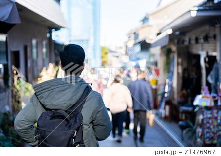 江ノ島の仲見世通り商店街を観光する男性 71976967