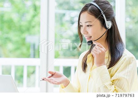 オンライン授業を受講する学生 71979763