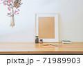 シンプルなインテリアの飾りとオブジェクトのレイアウト。ハンギング植物。 71989903