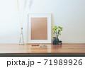 シンプルなインテリアの飾りと写真フレームのオブジェクトのレイアウト。卓上植物、パンパスグラス、菊。 71989926