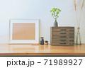 シンプルなインテリアの飾りと写真フレームのオブジェクトのレイアウト。卓上植物、パンパスグラス、菊。 71989927
