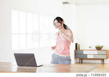 ダンス動画を見て踊る若い女性 71990405