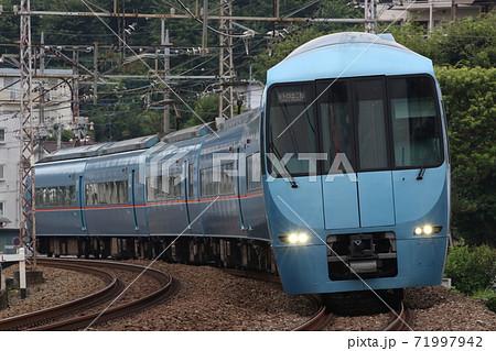 【小田急線】玉川学園前~鶴川のカーブを駆ける青いロマンスカー 71997942