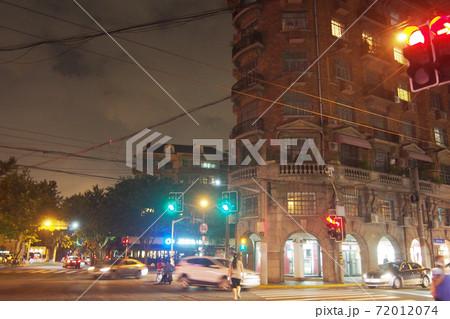 上海の歴史的建築物・武康大楼と夜景 72012074