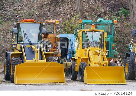 雪に向けて待機する除雪車(ブルドーザー) 72014124