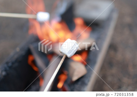 焼きマシュマロと焚き火, キャンプファイヤー 72031358