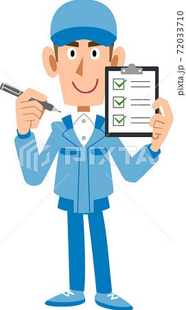 チェックリストを手に持つ作業着の男性 72033710