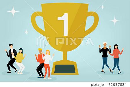 優勝トロフィーを囲んで喜ぶ人たち 72037824