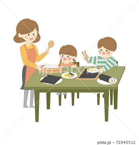 巻き寿司をつくる家族 72045512