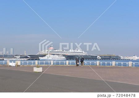 港を眺める老夫婦 72048478