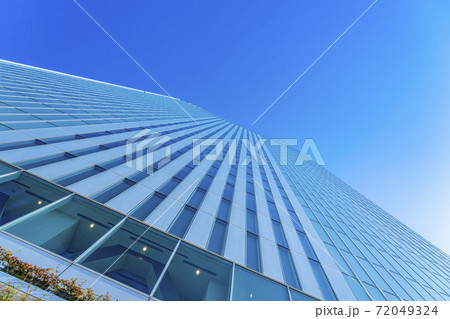 【神奈川県】爽やかな青空と横浜市新市庁舎の外観 72049324