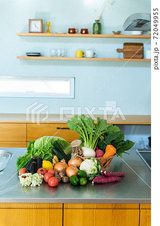 キッチンに並ぶたくさんの野菜 72049955