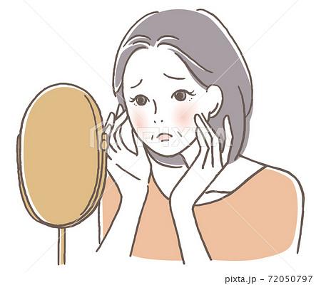 鏡を見て悩むシニア女性 72050797