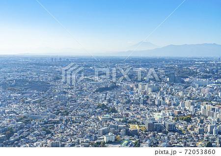 【神奈川県】晴天に恵まれた横浜の街並みと霞む富士山 72053860