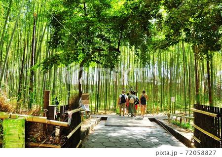 京都の町並み 嵐山・嵯峨野竹林と外国人旅行者 72058827