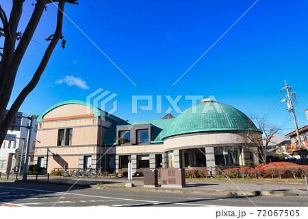 青空とドーム型が可愛い犬山図書館 72067505