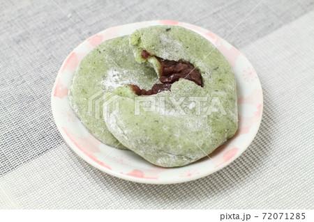 桜模様の小皿にのせたよもぎ大福餅 72071285