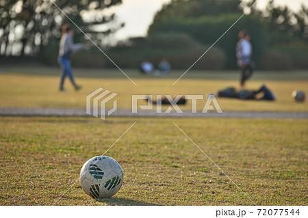 サッカーボールで遊ぶ子供達(イメージ) 72077544