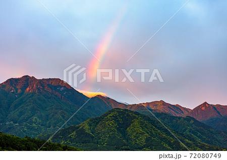 春の朝日に映える屋久島の虹から環境・エコのイメージ表現 72080749