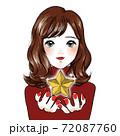 女性が星を掲げる 72087760