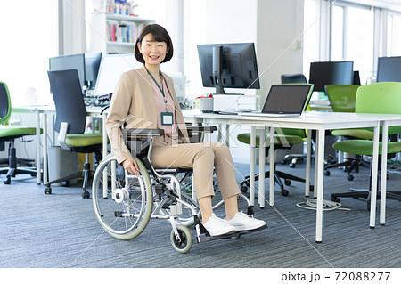 オフィスで微笑む車椅子の女性のポートレート 72088277
