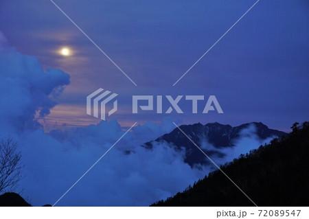 甲斐駒ヶ岳七丈小屋からの月光と雲海 72089547