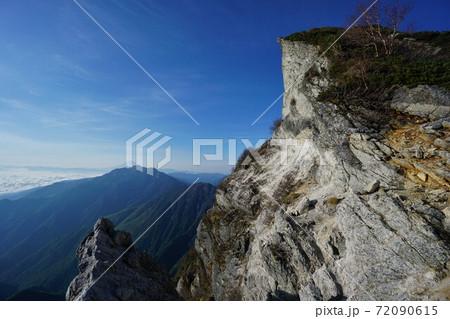 甲斐駒ヶ岳黒戸尾根の突き出た岩と鳳凰三山 72090615
