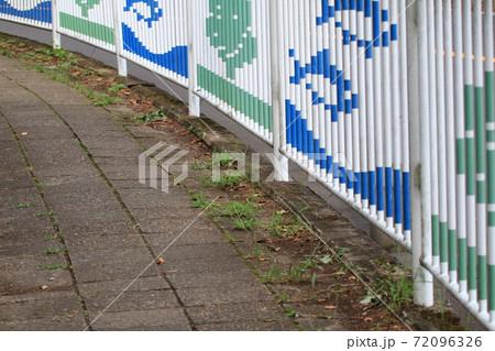環境に配慮した歩道 72096326