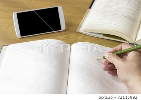 スマートフォンで動画を見て学習する男の手 72115992