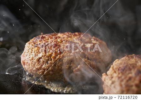 鉄板でハンバーグを焼く 72116720