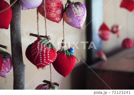 古民家の古い吊るし飾り(いちご) 72123241